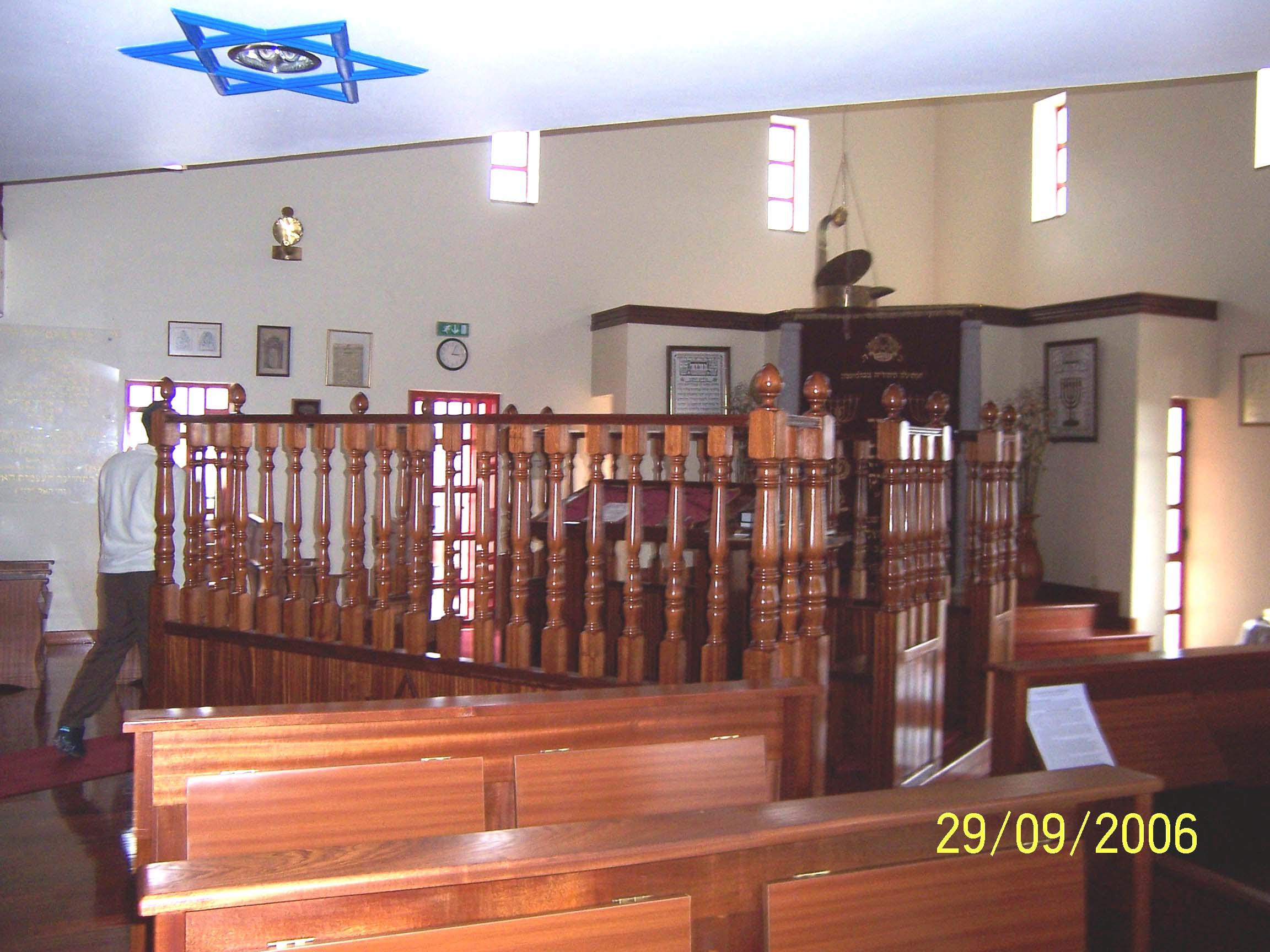 http://www.jackwhite.net/iberia/images_belmonte1/synagogue_inside1.jpg